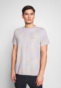 Guess - TREATED COLORFUL TEE - T-paita - cloud tie dye - 0