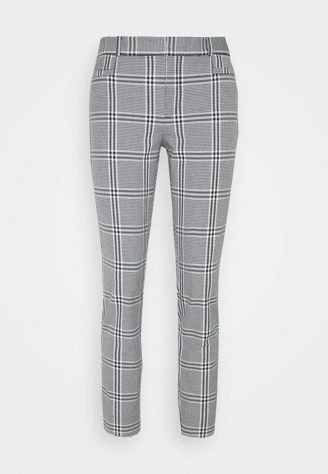 CURVY SLOANKIKIPLAID - Pantalones - black/blanco