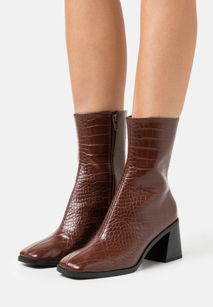 VEGAN ROONEY BOOT - Kotníkové boty - brown medium dusty