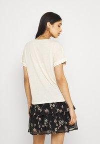 Vero Moda - VMELLEN TOP - Basic T-shirt - birch - 2