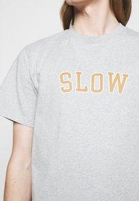 forét - EASE - Print T-shirt - light grey melange - 5