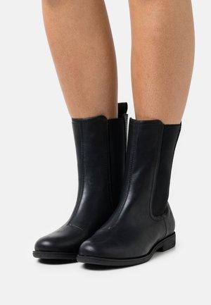 WIDE - Støvletter - black