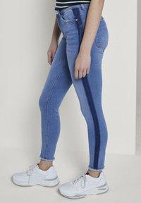 TOM TAILOR DENIM - MIT STREIFEND - Jeans Skinny Fit - mid stone blue denim - 3