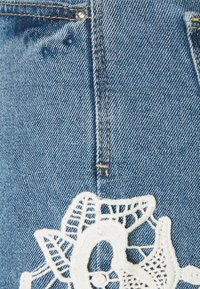 Vero Moda Petite - VMNINETEEN CROCHET - Shorts di jeans - light blue denim/birch crochet - 2
