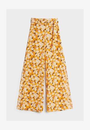 MIT WEITEM BEIN UND GÜRTEL  - Trousers - orange