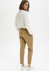 Cream - ANETT PANTS - Trousers - luxury camel - 2
