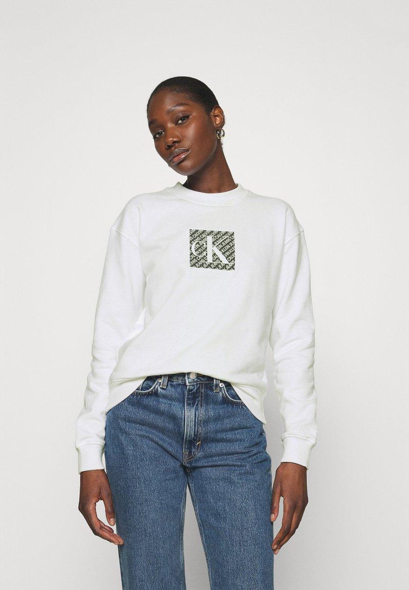 Calvin Klein Jeans - HOLOGRAM LOGO CREW NECK - Sweatshirt - bright white