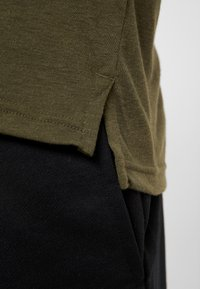 Nike Performance - DRY CAMO - Camiseta estampada - cargo khaki/light bone/black - 4