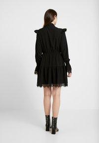 NA-KD - SMOCKED FLOUNCE DETAIL DRESS - Denní šaty - black - 3
