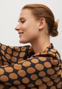 Mango - GEOMETRISCHEM MUSTER - Button-down blouse - karamell - 3