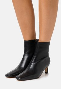NA-KD - SQUARED LONG TOE BOOTS - Classic ankle boots - black - 0