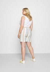 ONLY Carmakoma - CARSTACYI - Shorts - desert sage/multi stripes - 2