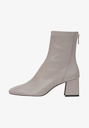 MIT HALBHOHEM ABSATZ - Classic ankle boots - grey