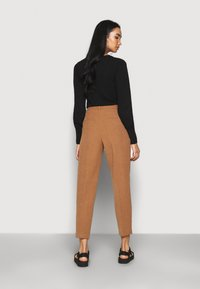 ONLY - ONLEVILA-LANA CARROT PANT - Pantalon classique - toasted coconut - 2