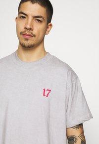 Night Addict - SKELE UNISEX - T-shirt med print - white - 5