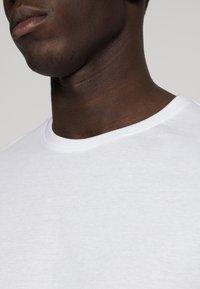 Pier One - 3 PACK - T-shirt basic - white/black/light grey - 6