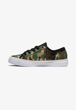 Sneakers laag - black camo
