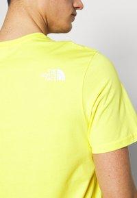 The North Face - M S/S EASY TEE - EU - T-shirt med print - lemon - 4