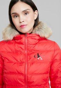 Calvin Klein Jeans - SHORT FITTED PUFFER - Lehká bunda - racing red - 4