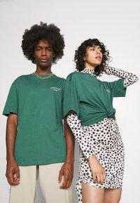 Jack & Jones - JORTOBIAS TEE CREW NECK CHEST UNISEX - Basic T-shirt - trekking green - 2