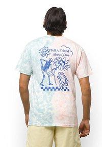 Vans - MN TELL A FRIEND TIE DYE SS - Print T-shirt - fusion coral/cameo blue - 1