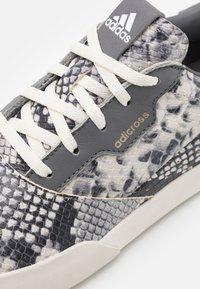 adidas Golf - ADICROSS RETRO RIPSTOP - Golfové boty - core white/grey four/footwear white - 5