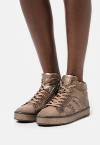 Geox - LEELU - Sneakers hoog - dark beige - 0