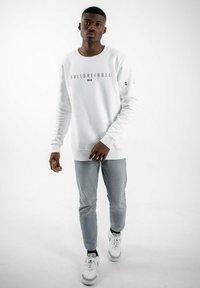 PLUSVIERNEUN - BERLIN - Sweatshirt - white - 3