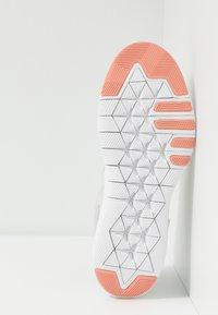Nike Performance - FLEX TRAINER 9 - Kuntoilukengät - vast grey/pink quartz/echo pink/white - 4