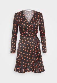 FRILL WRAP MINI DRESS WITH TIE - Denní šaty - black/red