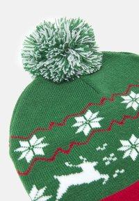 Urban Classics - CHRISTMAS BEANIE UNISEX - Beanie - green/red - 3