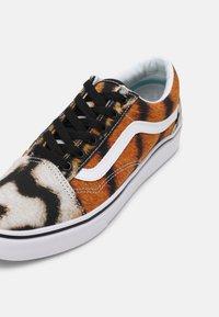 Vans - COMFYCUSH OLD SKOOL UNISEX - Sneakers laag - multi - 6