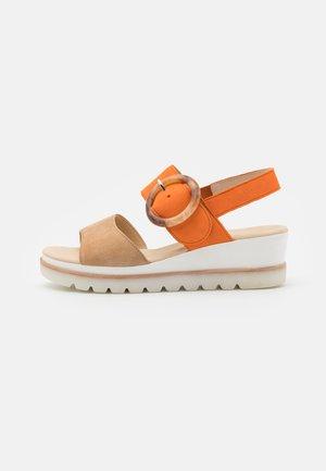 Sandalias con plataforma - caramel/orange