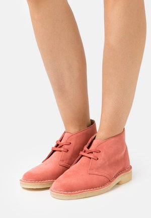 DESERT BOOT - Lace-up ankle boots - dark blush