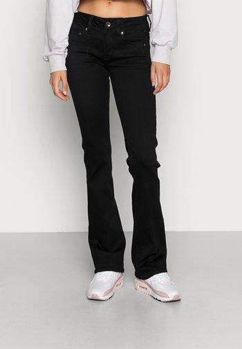 MIDGE MID BOOTCUT   - Bootcut jeans - pitch black