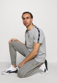 Lyle & Scott - WITH CONTRAST PIPING - Träningsbyxor - mid grey marl - 3