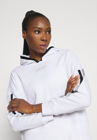 DKNY - CROPPED DROP SHOULDER HOODIE - Mikina - white - 3