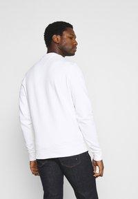 Tommy Hilfiger - CIRCLE CHEST CORP CREWNECK - Sweatshirt - white - 2