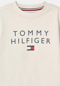 Tommy Hilfiger - FLAG CREWNECK - Felpa - ivory - 2