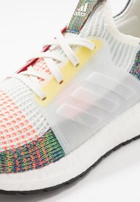 adidas Performance - ULTRABOOST 19 PRIDE - Laufschuh Neutral - white/scarlet/yellow - 5