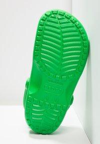 Crocs - CLASSIC UNISEX - Sandali da bagno - grass green - 4