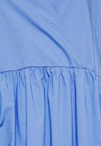 Marc O'Polo DENIM - DRESS WRAP OPTIC RUFFLE HEM - Denní šaty - intense blue - 2