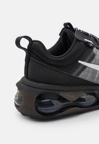 Nike Sportswear - AIR MAX SPHERE - Tenisky - black/white/iron grey - 5