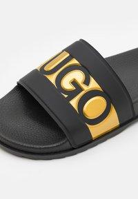 HUGO - MATCH - Pantofle - black/gold - 3