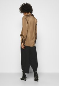Anna Field - Wide cropped leg trousers with belt - Kalhoty - black - 2