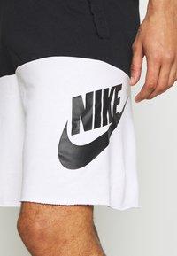 Nike Sportswear - ALUMNI - Shorts - black/white - 4