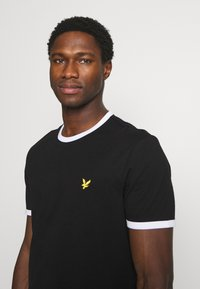 Lyle & Scott - RINGER - T-shirt med print - jet black/white - 3