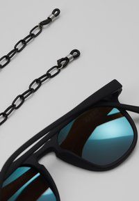 Urban Classics - SUNGLASSES ARTHUR WITH CHAIN - Sunglasses - black/blue - 3