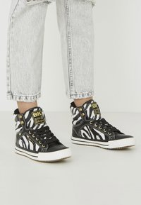 British Knights - ATOLL - High-top trainers - zebra/black - 0