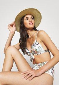 O'Neill - FIJI GLOBAL - Bikini top - white/green - 3